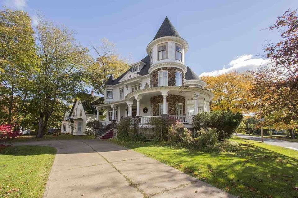 1906 Queen Anne In Amherst Nova Scotia